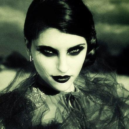 bella ragazza gotica, foto artistica virata, pelle bianca e trucco nero pesante per de oculta tecnologia