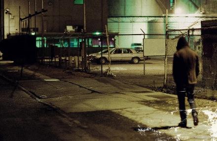 un uomo cammina solo nella notte disoccupazione poesie di De Oculta Tecnologia