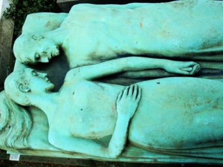 due amanti mano nella mano tomba del cimitero monumentale di Milano per de oculta tecnologia